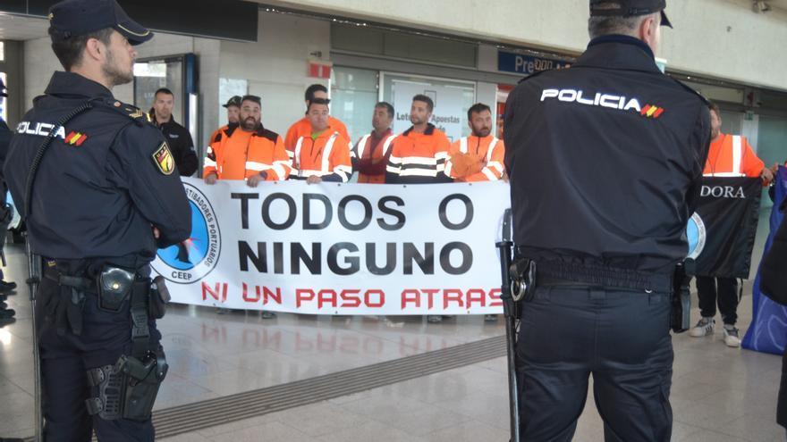 Protesta de los estibadores en la estación de tren de Castellón, con motivo de la visita del ministro de Fomento.
