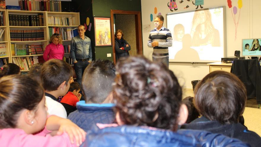El consejero de Medio Ambiente, Miguel Ángel Rodríguez, en el Colegio de Educación Infantil y Primaria José Manuel Illera de la Mora