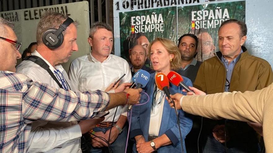 La candidata número uno al Congreso de los Diputados de Vox por Murcia, Lourdes Méndez, junto al número tres, Luis Gestos (derecha) y Pascual Salvador (diputado regional de Vox)