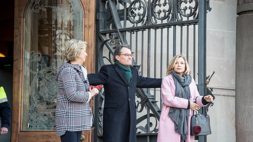 Irene Rigau, Artur Mas y Joana Ortega en la puerta del TSJC antes del juicio por el 9-N