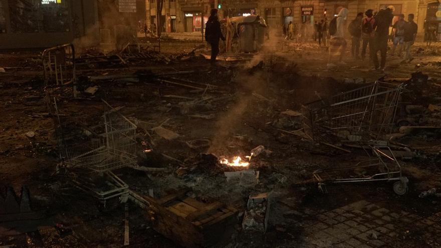 Restos en la calle Urquinaona tras los incendios y disturbios en Barcelona.
