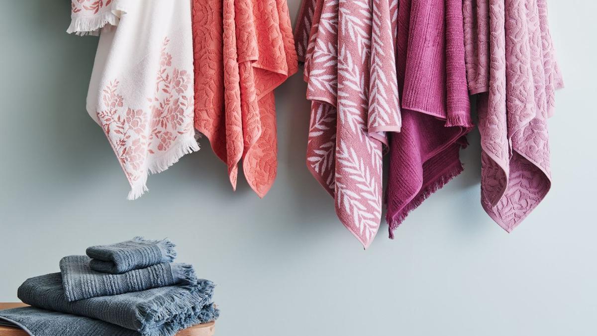 Una gama de toallas coloridas.