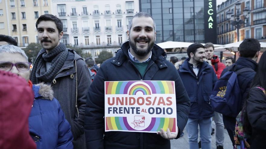 Un chico, en la plaza Pedro Zerolo del barrio de Chueca, contra el 'veto parental'.