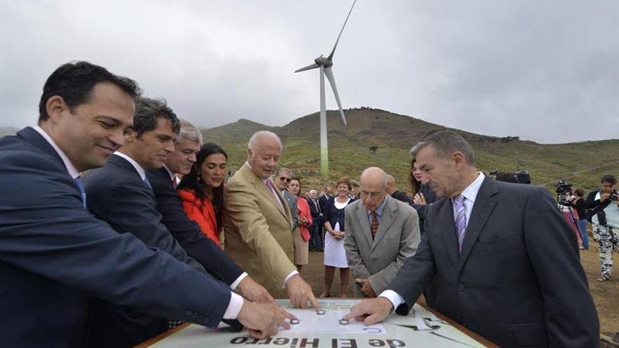 El presidente de Canarias, Paulino Rivero (d), junto a otras autoridades, durante la inauguración de la central hidroeólica de El Hierro, que abastecerá de electricidad progresivamente a la isla más occidental de Canarias. EFE/Gelmert Finol.