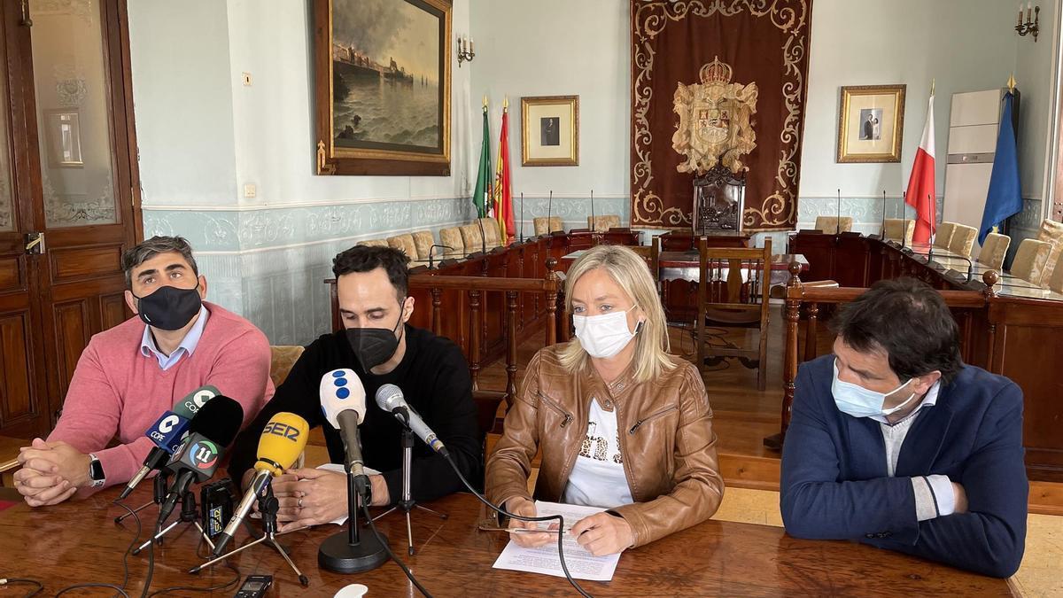 El equipo de gobierno de Castro Urdiales encabezado por la alcaldesa, Susana Herrán, presenta el acuerdo con Podemos para aprobar el presupuesto.