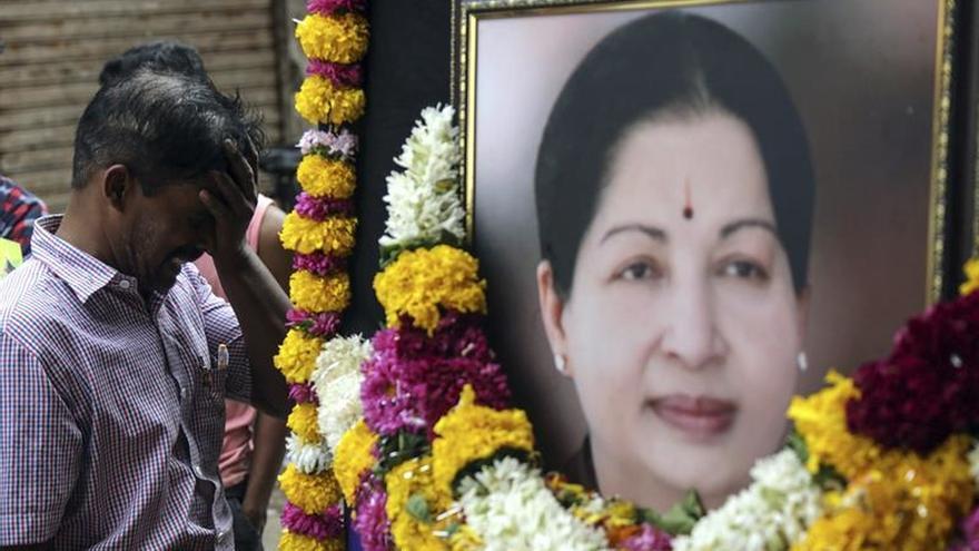 Cientos de miles de indios despiden a aclamada política con un funeral de estado