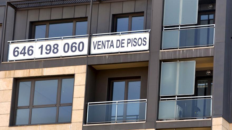Un cartel de venta de pisos recién terminados. EFE