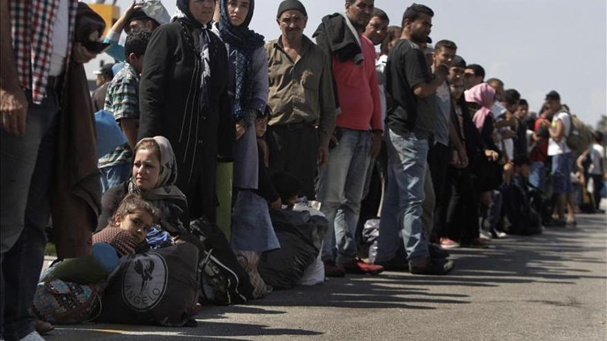 La Cruz Roja reparte alimentos a unos 2.000 migrantes en el centro de Atenas