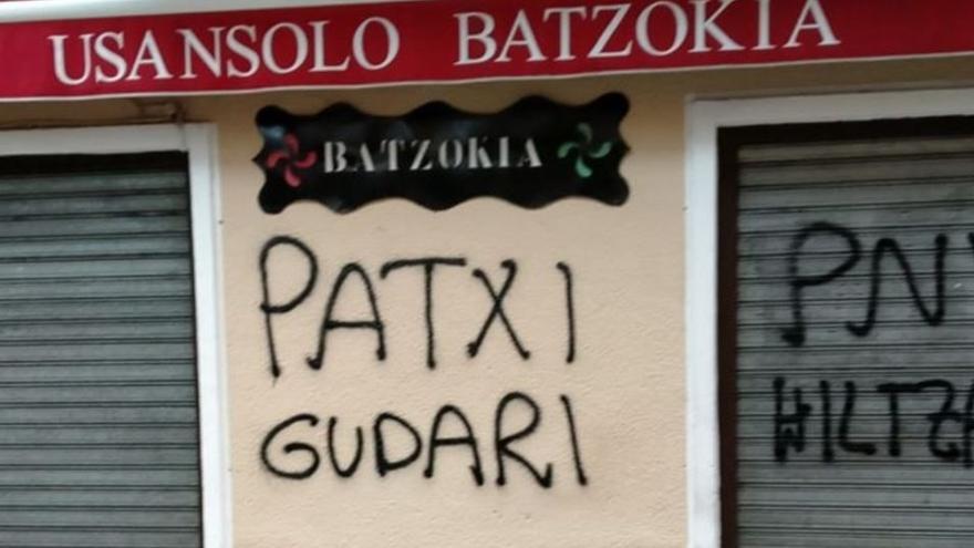 """Atacan los batzokis de Usansolo y Lezama con pintadas que llaman """"asesino"""" al PNV y piden la """"amnistía total"""""""