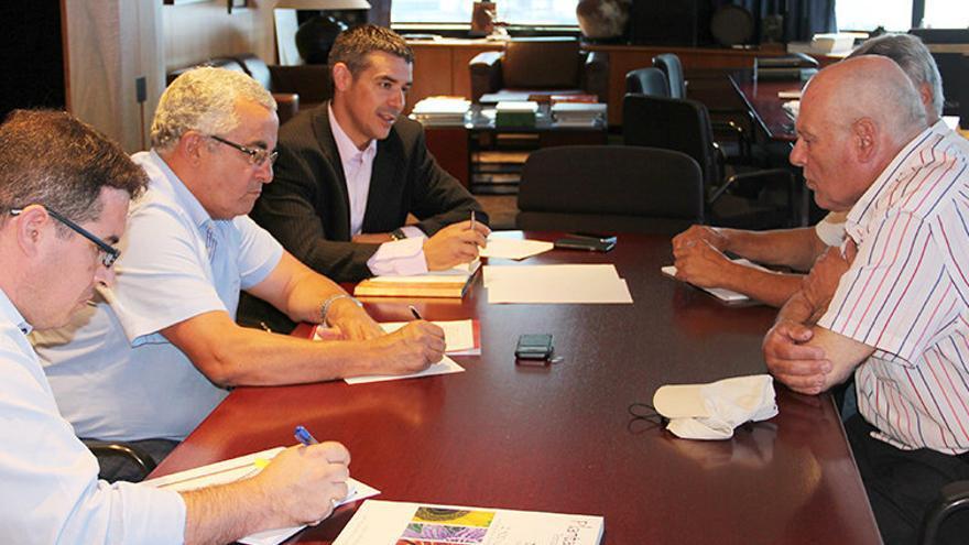 Narvay Quintero (centro), junto a Santiago Cacho y a Pedro Molina (derecha), en  una reunión en el despacho del consejero
