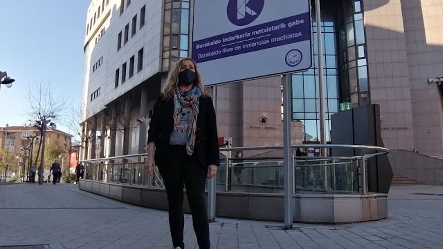La edil de Mujer, Rakel Olalla, junto a un cartel que muestra el rechazo de Barakaldo a cualquier tipo de violencias machista