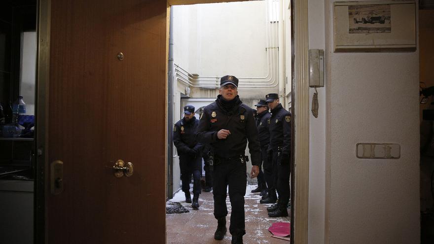 Una vez que los policías expulsaron a los activistas y a Umberto entraron en la vivienda con la comisión judicial.