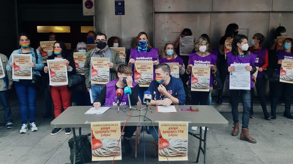 Trabajadoras de la limpieza de centros educativos durante la concentración frente al Gobierno vasco este viernes