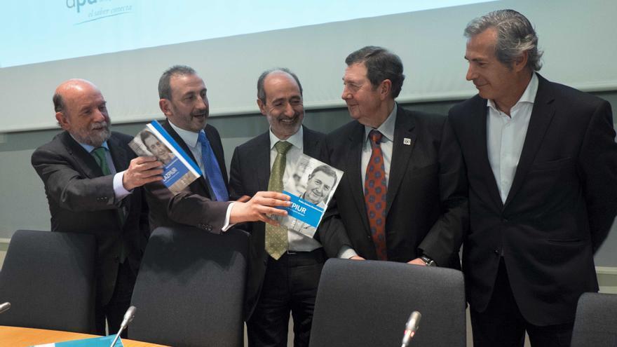 El autor del libro, Pedro Gómez Damborenea (segundo por la izquierda) y Miguel Lazpiur (segundo por la derecha) durante la presentación.