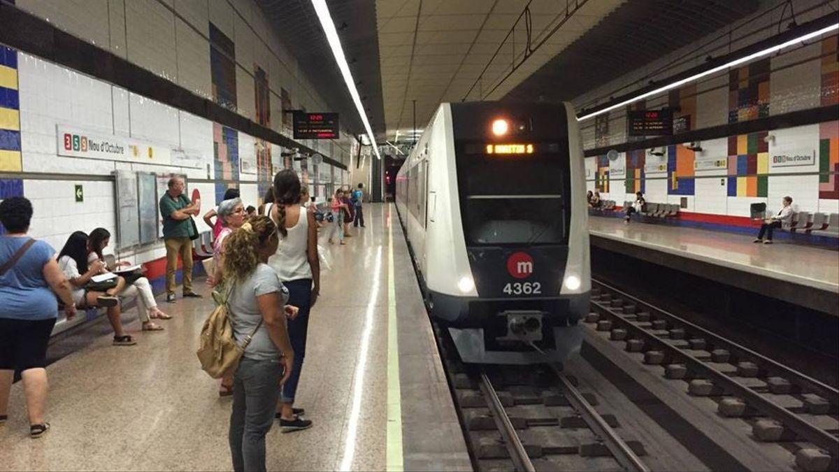 Viajeros esperando un convoy de Metrovalencia.