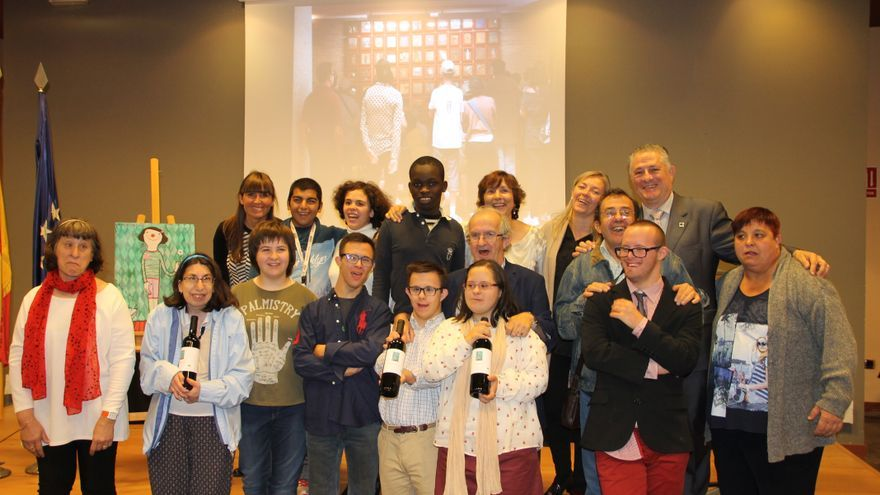 Representantes de Atades y de Bodegas Enate durante la presentación.