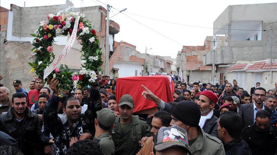 Aumentan a cinco los soldados muertos en el atentado contra un autobús militar en Túnez