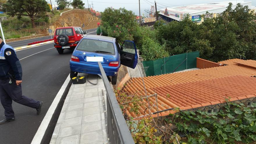 El vehículo estuvo a punto de precipitarse sobre una vivienda. Foto: BOMBEROS LA PALMA.
