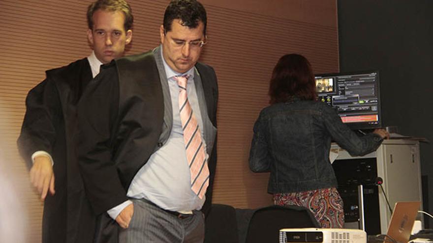 Luis Lleó (dcha.) con su abogado Felipe Fernández