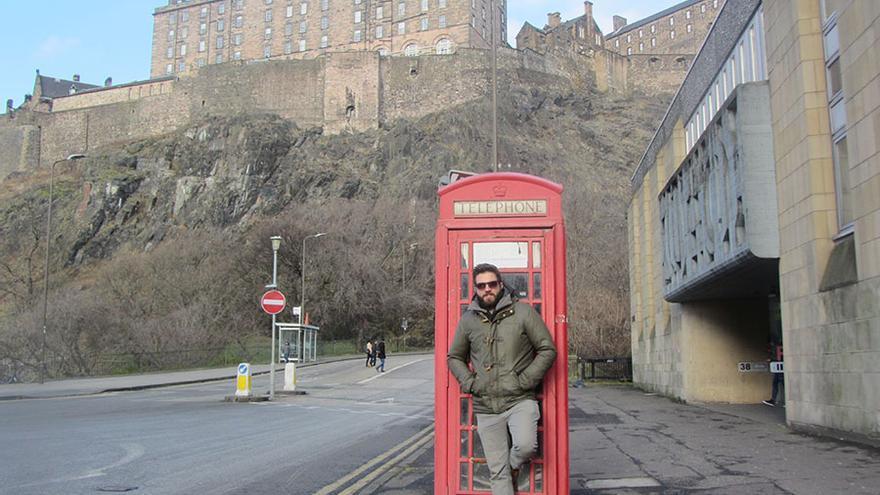 Ismael Teira ante el castillo de Edimburgo