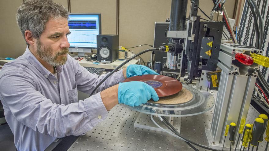 Carl Haber, trabajando en su laboratorio con IRENE