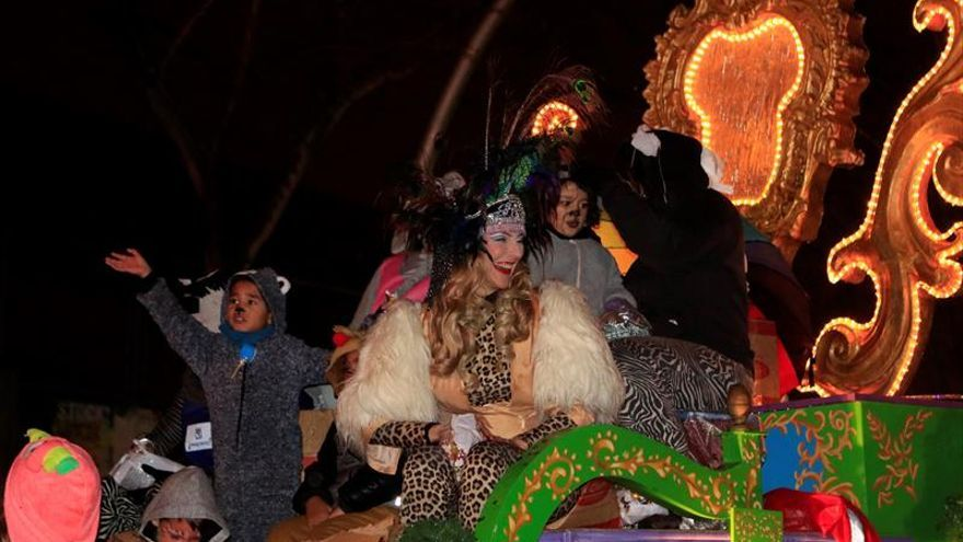 Los niños de Vallecas disfrutan de su cabalgata ajenos a la polémica por la drag queen