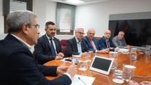 El consejero de Hacienda, Román Rodríguez, en una reunión de trabajo con la cúpula de Cecapyme.