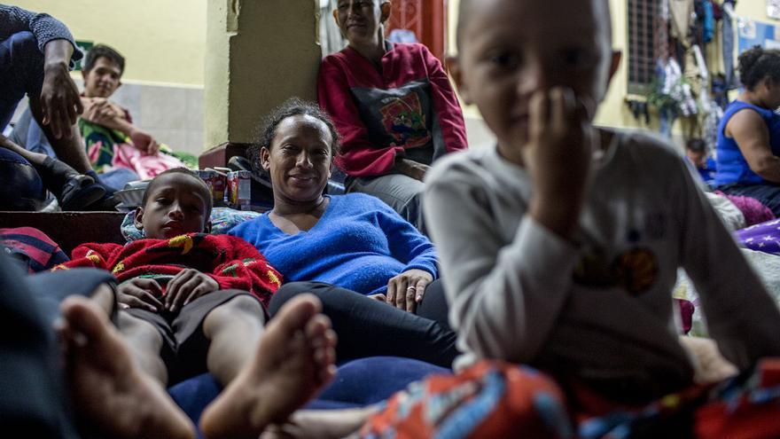Griselda Guillen, 29, posa junto con su hermanastra, Carmen Echeverría, y sus dos hijos, Dixon y Jorge Alberto.