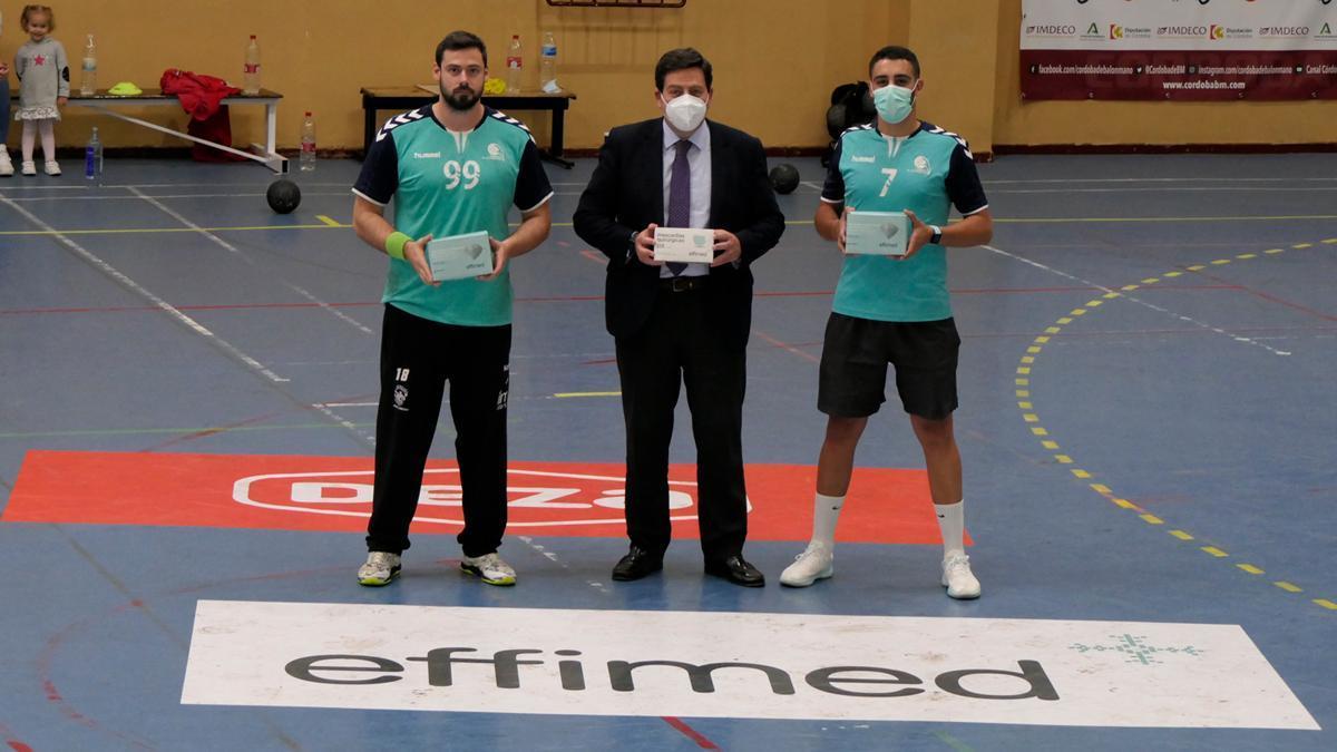 Integrantes del Córdoba Balonmano, con las mascarillas de Effimed.