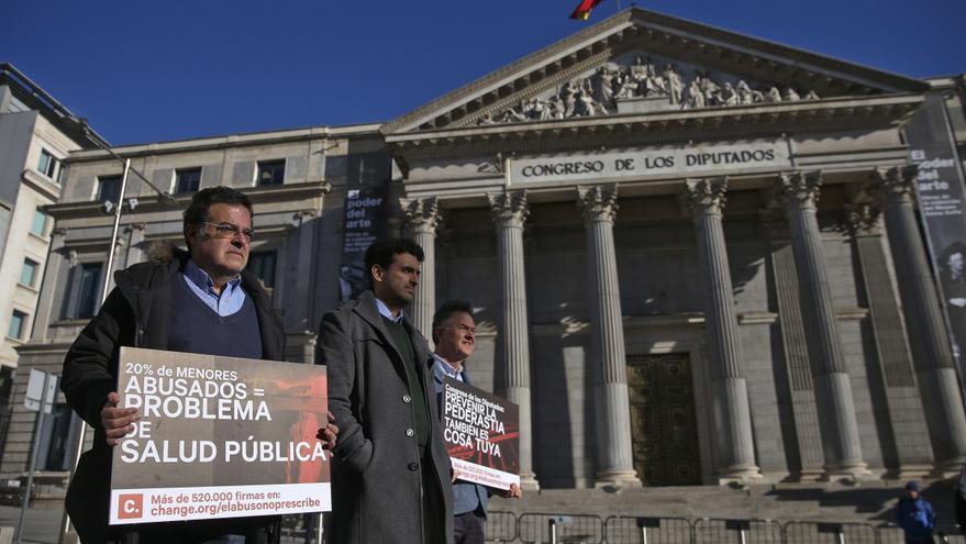 Víctimas de abusos sexuales se concentran en el Congreso de los Diputados para exigir que se reforme el Código Penal, ampliando los plazos de prescripción en los delitos de pederastia.