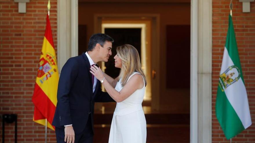 Pedro Sánchez y Susana Díaz se saludan en su primera reunión en Moncloa.