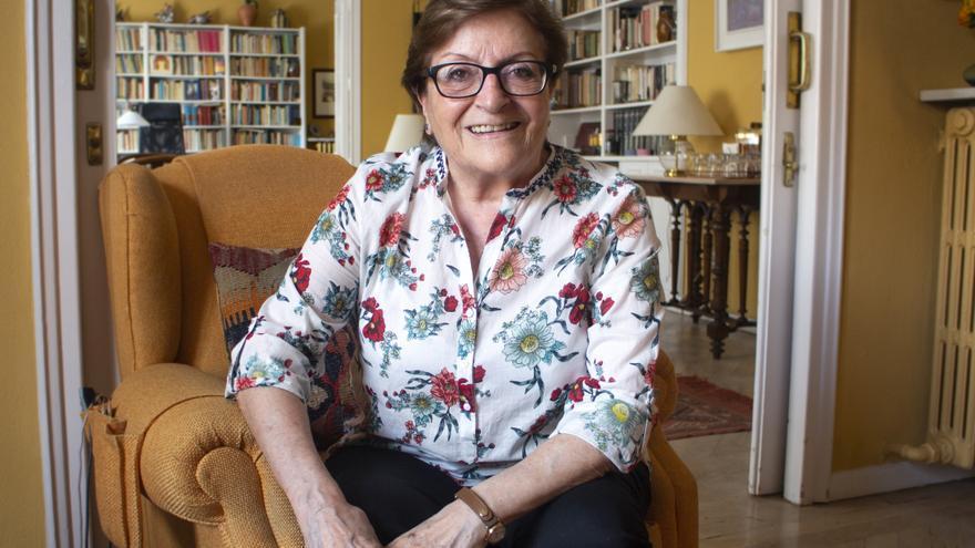 Elisa Pérez Vera en su domicilio atendiendo a eldiario.es