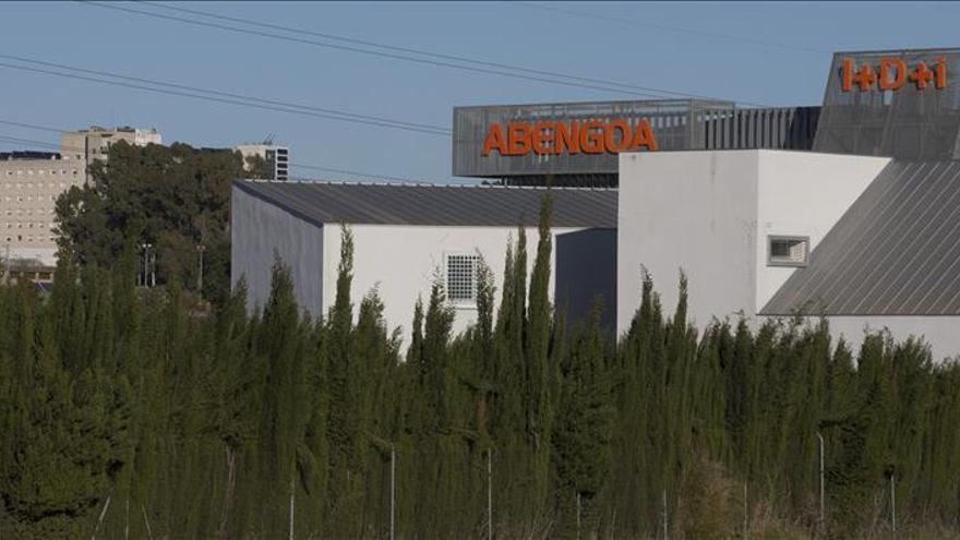 Abengoa defiende que mantiene los compromisos contractuales con expatriados