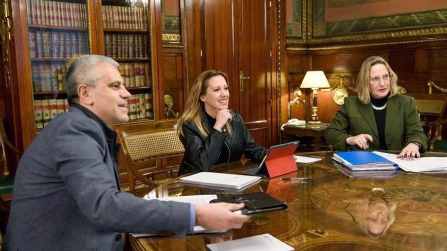 Rosa Dávila (c) durante la reunión mantenida con el secretario de Estado de Hacienda, José Enrique Fernández de Moya.