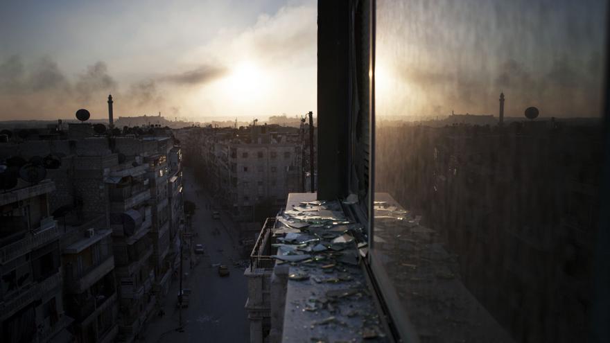 El humo se eleva desde un edificio dañado en Aleppo, Siria (13 de octubre de 2012) / AP PHOTO. MANU BRABO