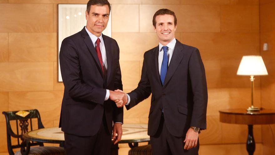 Pedro Sánchez y Pablo Casado antes de comenzar la reunión en el Congreso