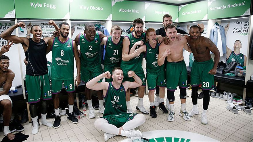 Los jugadores de Unicaja celebran el importante triunfo internacional logrado.