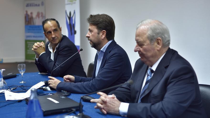 Ramón Sánchez-Ocaña (d) junto a Carlos Alonso (c) y Luis Galindo (i) durante la clausura del congreso