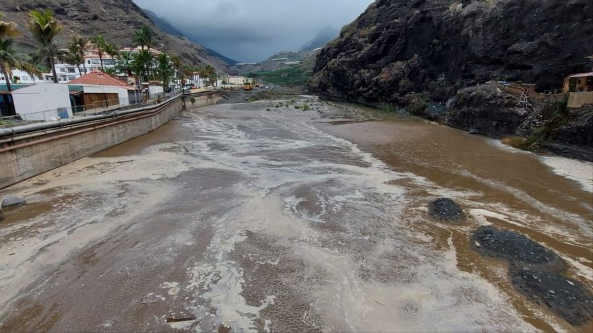 Desembocadura del Barranco de Las Angustias, en el barrio de El Puerto de Tazacorte, este martes, con agua corriendo. LUIS MIGUEL MARTÍN LORENZO
