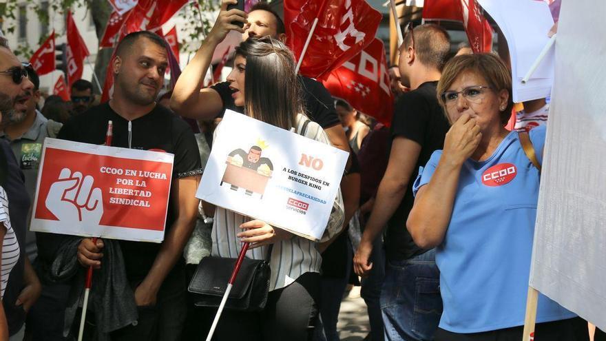 Los tres trabajadores que fueron despedidos por Burger King, en una de las protestas organizadas por Comisiones Obreras.