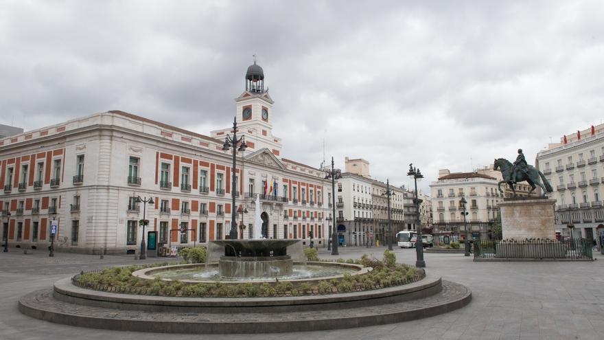 La turística Puerta del Sol madrileña vacía durante el estado de alarma decretado por el coronavirus