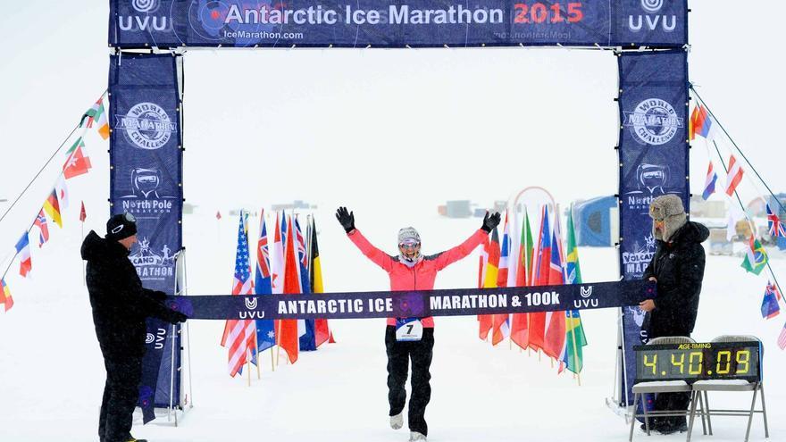 Silvana Camelio cruza en primer lugar la línea de meta del Antarctic Ice Marathon 2015 (© Antarctic Ice Marathon).