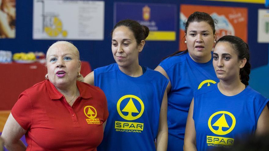Begoña Santana, junto a varias de sus jugadoras
