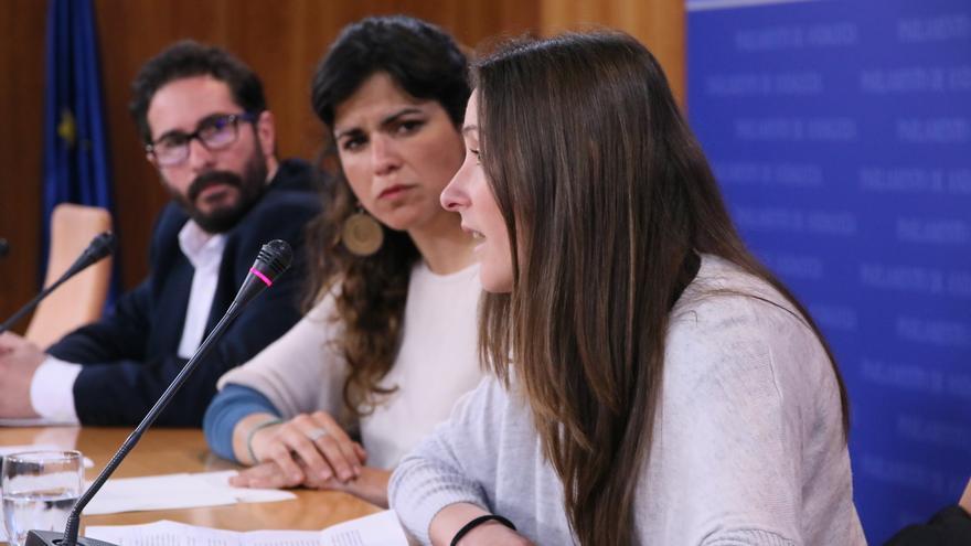 La deportista Victoria Vega con los diputados de Podemos.