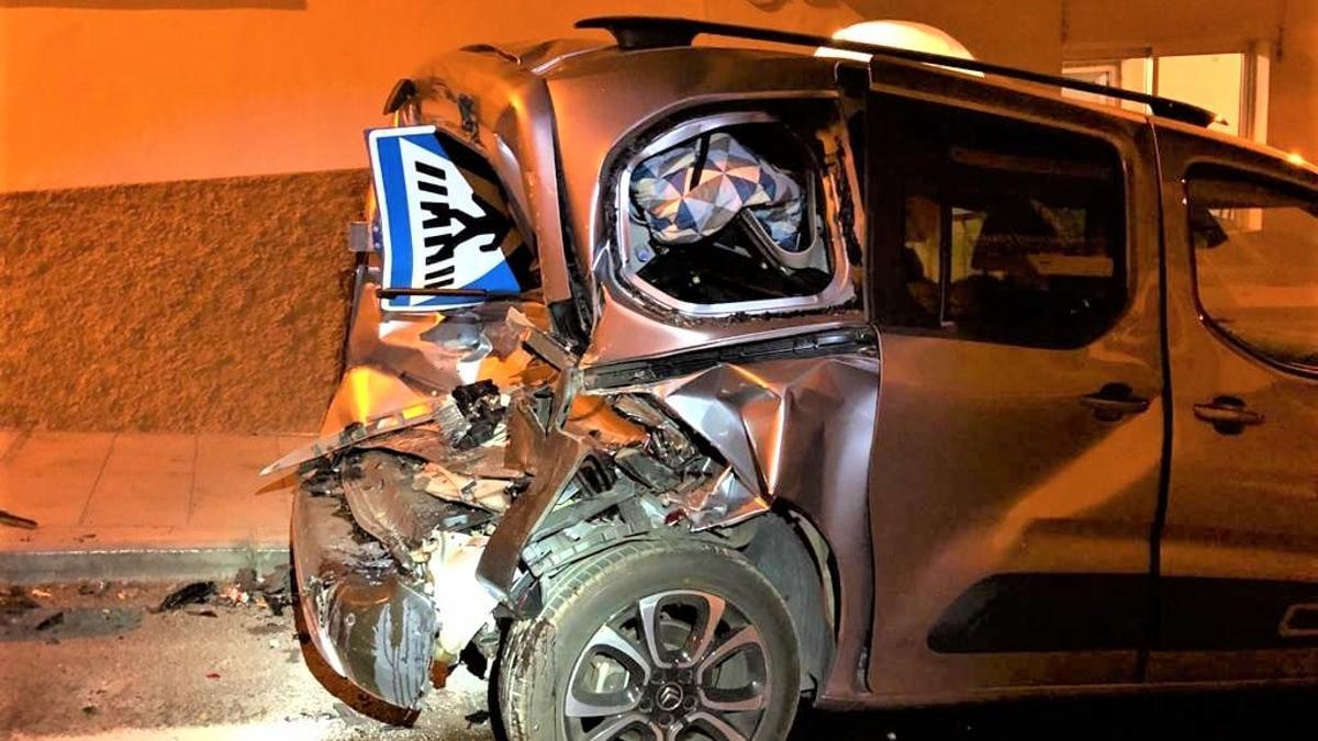Estado en que quedó el vehículo estacionado tras el impacto. BOMBEROS LA PALMA