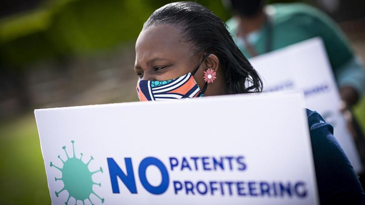 Varias personas protestan ante las oficinas de Johnson & Johnson en Ciudad del Cabo (Sudáfrica) pidiendo que liberalicen las patentes. Nic Bothma / EPA - EFE