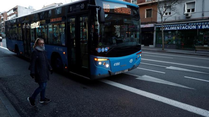 Los buses madrileños reducen el 75 % de su aforo: 20 viajeros en los estándar