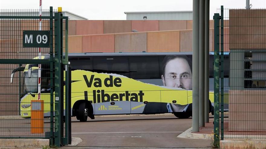 El bus de campaña de ERC aparcado ante la cárcel de Lledoners