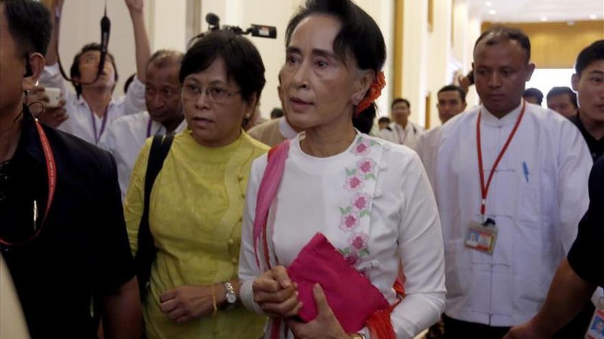 Líderes políticos y militares birmanos se reúnen para tratar la transición