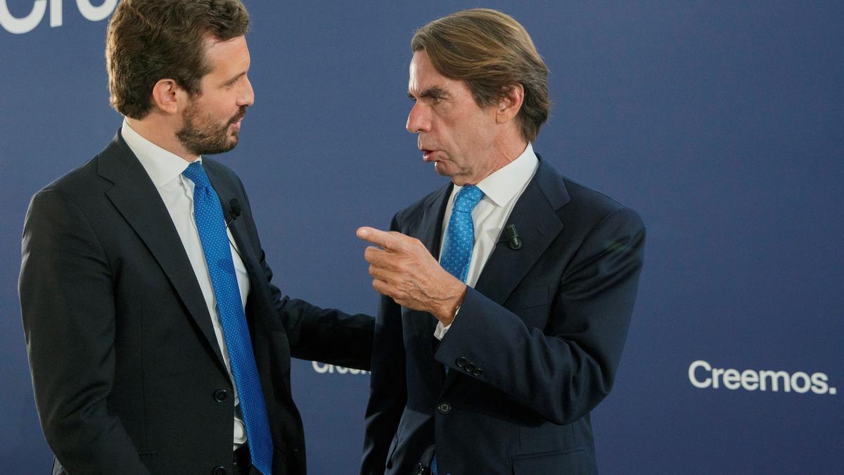 El líder del PP, Pablo Casado, y quien fuese su mentor, el expresidente José María Aznar (d), en la convención nacional del partido que tiene lugar hoy en Sevilla. EFE/Julio Muñoz